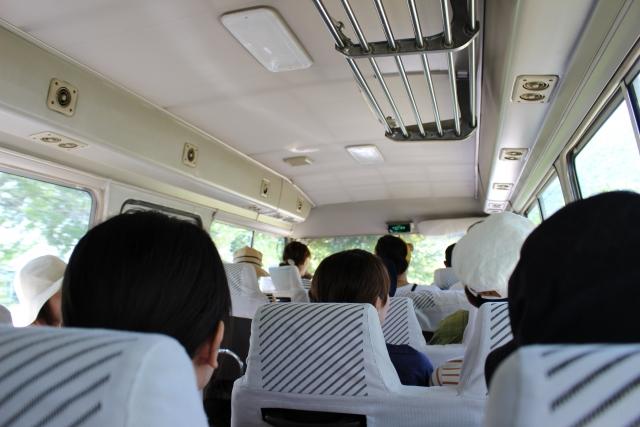 熟年婚活バスツアーのバスの中の様子